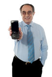 Älterer Verkaufsleiter, der Brombeere fördert lizenzfreie stockfotos