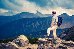 Älterer Wanderer auf dem Gipfel Stockfotos