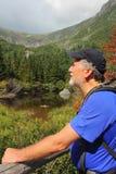 Älterer Wanderer in den weißen Bergen von New Hampshire stockfotos