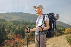 Älterer Wanderer, der draußen weg schaut Lizenzfreies Stockbild