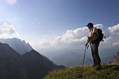 Älterer Wanderer, der erstaunliche Landschaft der Alpe genießt Stockbilder
