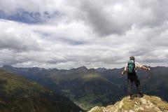 Älterer Wanderer, der schöne Landschaft des A genießt Lizenzfreie Stockfotografie
