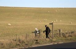 Älterer Wandererweg in der englischen Landschaft Stockfotografie