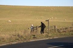 Älterer Wandererweg in der englischen Landschaft Stockfoto