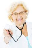 Älterer Weiß-Hintergrund Doktor-Holding Stethoscope Over Stockfotos