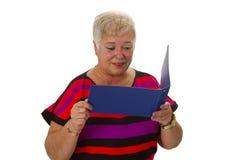 Älterer weiblicher schauender Kontoauszug lizenzfreie stockbilder