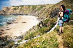 Älterer weiblicher Wanderer auf Wanderweg Stockfotos
