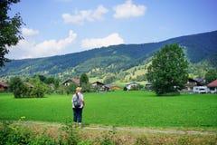 Älterer weiblicher Wanderer lässt die bayerische Landschaft ein lizenzfreies stockfoto
