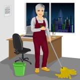 Älterer wischender Boden der Reinigungsfrau im Büro stock abbildung