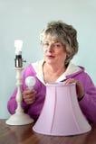 Älteres Ändern zur effizienteren Glühlampe Stockfotografie