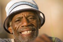 Älteres Afroamerikanermannlächeln stockfotos