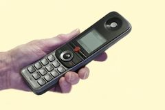 Älteres altes älteres Handholdingmobiltelefon, das Betrugsbetrugs-Telefonanruf nimmt lizenzfreie stockfotos