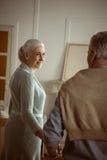 Älteres Ehemann- und Frauhändchenhalten und Betrachten einander Lizenzfreie Stockfotografie