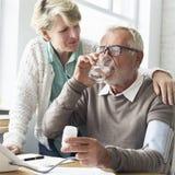 Älteres erwachsenes nehmendes Pillen-Medizin-Konzept stockfotos