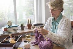 Älteres erwachsenes strickendes Freizeit-Frau-Konzept Lizenzfreie Stockfotografie