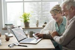 Älteres erwachsenes Tablet-Versicherungs-Konzept stockfotos