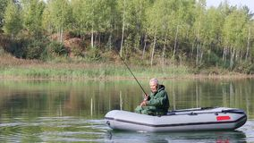 Älteres Fischen in einem Boot stock footage