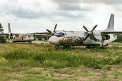 Älteres Flugzeugfliegen stockbilder