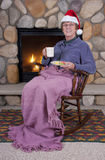 Älteres Frauen-Schwingstuhl-Kamin-Weihnachten Stockbilder