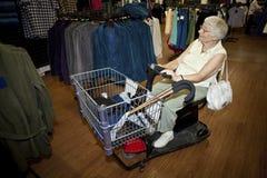 Älteres Fraueneinkaufen mit einem Buggy Lizenzfreie Stockfotos