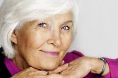 Älteres Frauenkinn auf Händen Stockfotografie