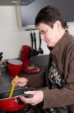 Älteres Frauenkochen lizenzfreie stockfotos