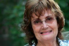 Älteres Frauenlächeln Stockfoto