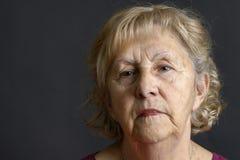 Älteres Frauenportrait auf Schwarzem Stockfotografie
