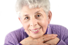 Älteres Frauenportrait mit den Händen unter Kinn Lizenzfreies Stockbild