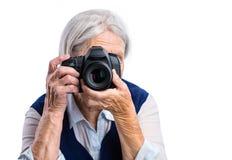 Älteres Frauenschießen mit einer Digitalkamera Stockfotos