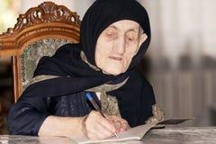 Älteres Frauenschreiben stockbilder
