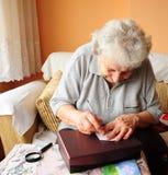 Älteres Frauenschreiben lizenzfreies stockbild