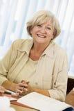Älteres Frauenstudieren stockfoto