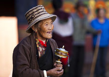 Älteres Gebet in Tibet Stockfotos