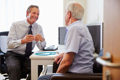 Älteres geduldiges, Beratung mit Doktor In Office habend stockfoto