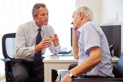 Älteres geduldiges, Beratung mit Doktor In Office habend lizenzfreies stockfoto
