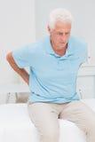 Älteres geduldiges Leiden von den Rückenschmerzen Stockfotos