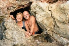 Älteres glückliches Paar, das Spaß am Eingang von Kayangan-Höhle hat Stockfotos