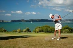 Älteres Golfspielerschwingen Stockfoto