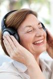 Älteres Hören Musik stockbild