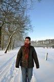 Älteres haltenes passen in Winterschneezeitraum stockfotos