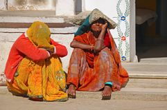 Älteres indisches womansit zwei im Eingang des Hauses Stockfotos