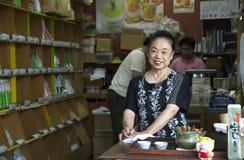 Älteres japanisches Frauenlächeln lizenzfreie stockfotos