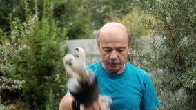 Älteres kaukasisches Manntraining bewaffnet das Handeln der speziellen Übung mit Gewicht stock video