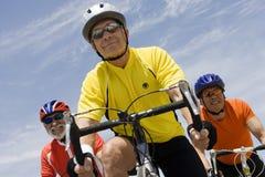 Älteres männliches Radfahrer-Laufen Stockfoto