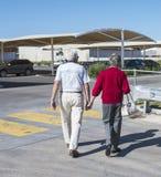 Älteres Mann-und Frauen-Händchenhalten lizenzfreies stockfoto