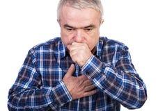 Älteres Mannhusten und beschuldigen Schmerz in der Brust Stockfotografie