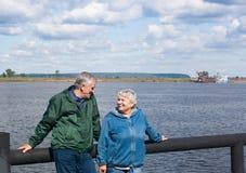 Älteres Paar betrachtet einander Lizenzfreie Stockbilder