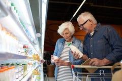 Älteres Paar-Einkaufen im Supermarkt stockbilder