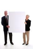 Älteres Paar-Holding-Zeichen Stockfotografie